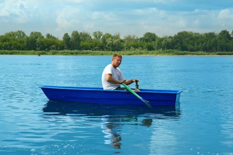 лодка малютка на море